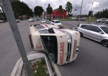 Ambulance carrying pregnant woman overturns in accident with 4WD vehicle