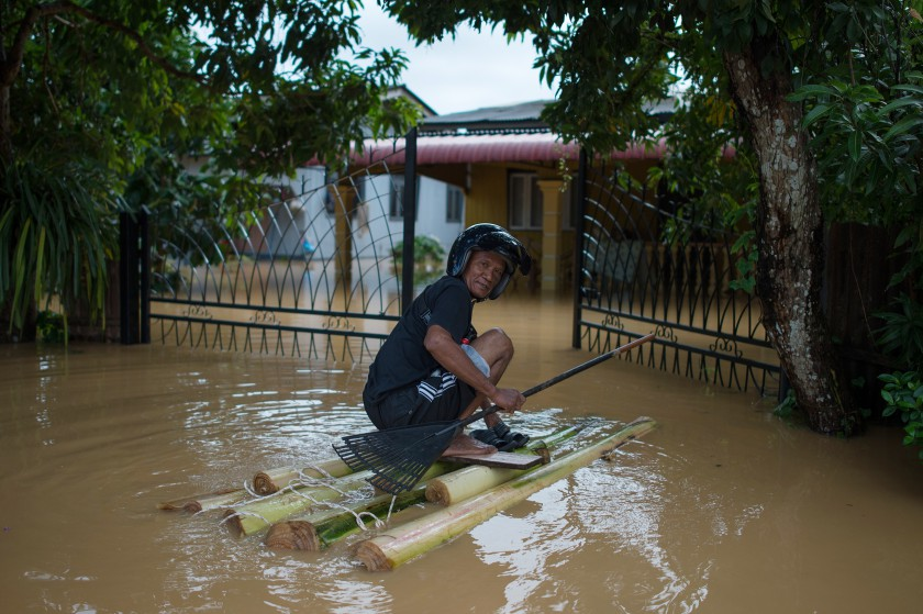 The flood situation affecting the East Coast, especially Kelantan and Terengganu showed a positive development when flood evacuees in both states decreased in the afternoon. — AFP pic
