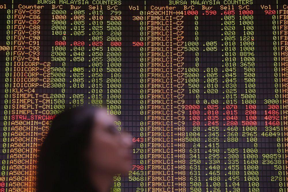 At 11am, the benchmark FTSE Bursa Malaysia KLCI (FBM KLCI) fell 2.93 points to 1,552.58 from Tuesday's close of 1,555.51. ― Picture by Hari Anggara