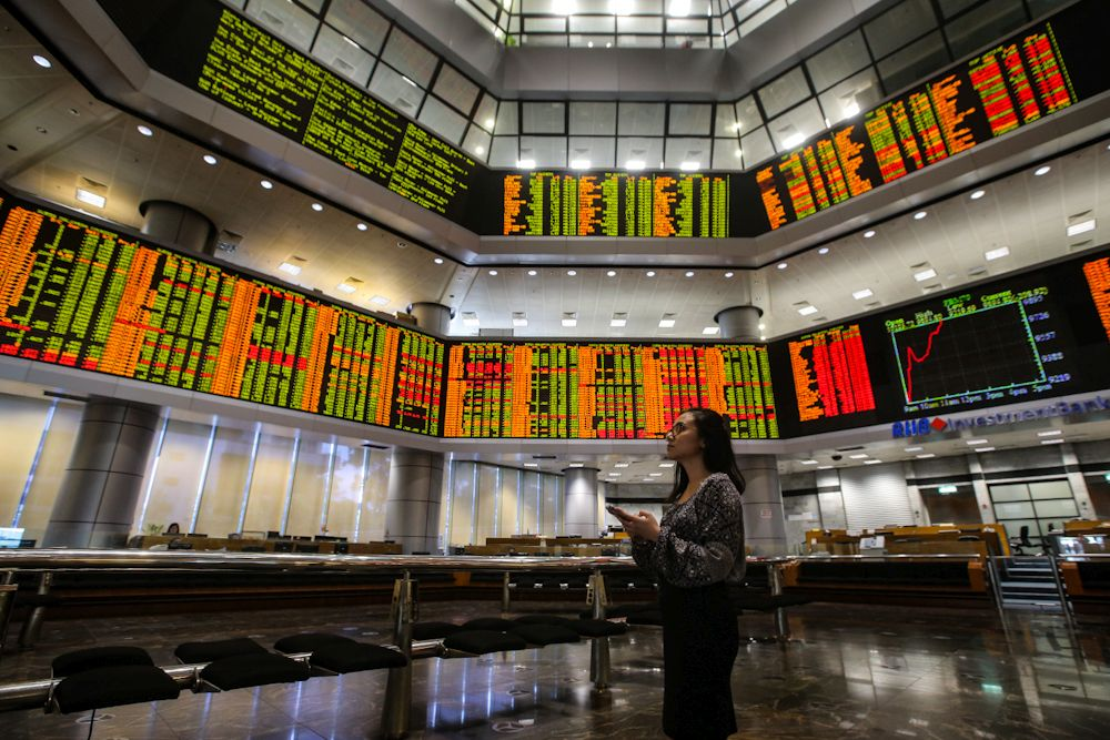 Bursa Malaysia remained mixed at mid-afternoon with investors continuing to take profit in selected heavyweights. ― Picture by Hari Anggara