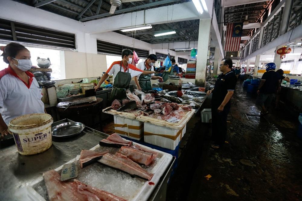 Customers observe social distancing at the Taman Selamat Wet Market in Bukit Mertajam March 25, 2020. — Picture by Sayuti Zainudin