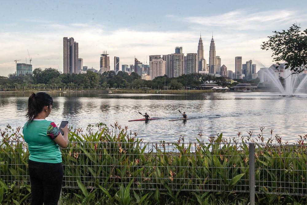 People are seen kayaking at Taman Tasik Titiwangsa during Phase Two of the National Recovery Plan in Kuala Lumpur September 10, 2021. — Picture by Firdaus Latif
