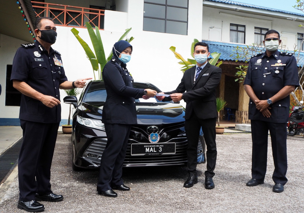 Melaka police chief Datuk Abdul Majid Mohd Ali (left) said the seizure followed a police report lodged by staff from the Melaka state secretary's office after Norhizam failed to return the black Toyota Camry, with registration 'MAL 3'. — Bernama pic